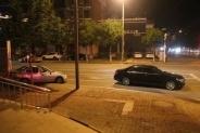 半?#25925;?#20998;,街头一黑色轿车连撞两车后竟扬长而去……