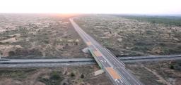 横穿内蒙古三大沙漠!它是世界最长沙漠高速公路