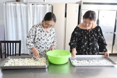 """蒙古族美女从北京回到家乡,投资100万办起了""""牧家乐"""",生意很火爆!(蒙语)"""